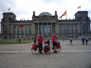 mit dem Fahrrad vor dem Reichstag