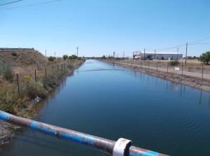 großer Bewässerungskanal